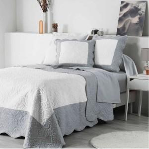 Šedě bílé přehozy na postel s vlnitým okrajem