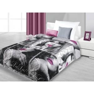 Přehozy na postel černo-šedé barvy se ženou