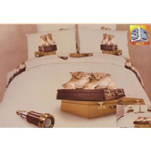 Béžové povlečení na postel s mladými lvy na hnědých kufrech