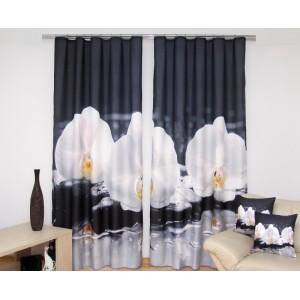 Černé závěsy na okno s bílými orchidejemi