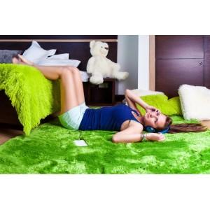 Kusový koberec plyšový v zelené barvě