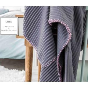 Tmavě šedá francouzská přikrývka s růžovým obšitím na gauč