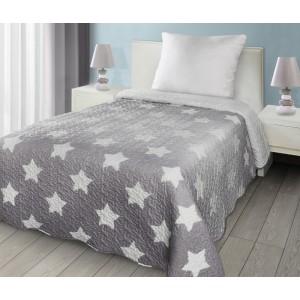 Přehoz na dvoulůžko šedý přes postel s bílými hvězdami