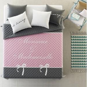 Přehozy přes postel v šedě růžové barvy s puntíky
