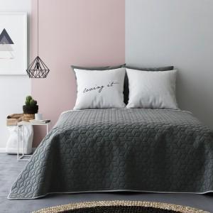 Oboustranné přehozy přes postel v tmavě a světlé šedé barvě