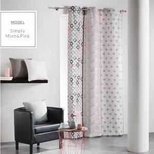 Okenní skandinávské závěsy mentolově růžové barvy s geometrickými vzory