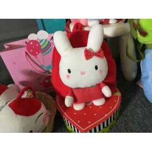Dívčí batoh červené barvy se zajíčkem