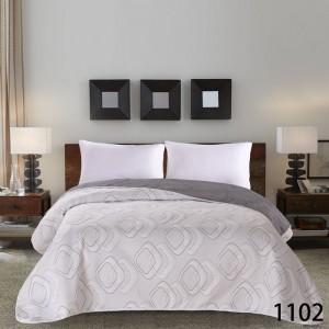Béžové přehozy na postel se vzorem