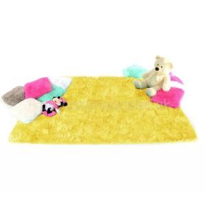 Žlutý plyšový koberec