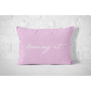 Růžový bavlněný povlak na polštář s bílým nápisem