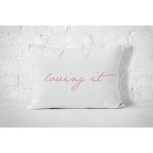 Bílý povlak na polštář s růžovým nápisem