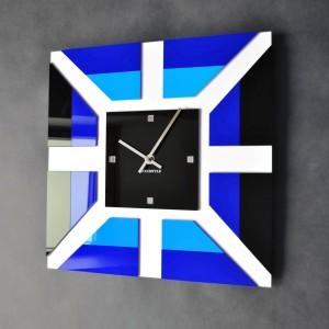 Nástěnné hodiny modré barvy v moderním designu