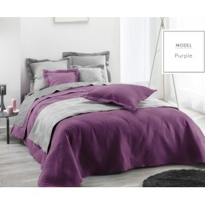 Dekorativní fialový přehoz na manželskou postel