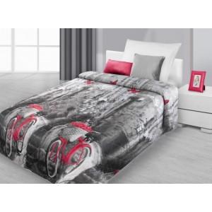 Přehoz na postel černo šedé barvy s červeným jízdním kolem