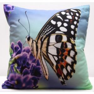 Modrý povlak na polštář s fialovým květem a hnědým motýlem
