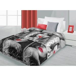 Přehozy na postele černo-šedé barvy s ženou
