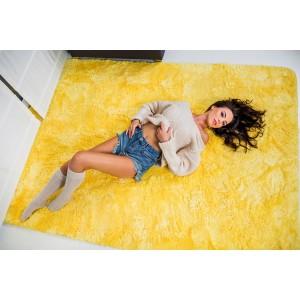 Plyšový koberec žluté barvy