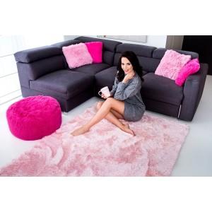 Příjemný plyšový koberec světle růžové barvy