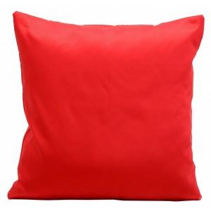Sytě červené saténové povlaky na polštáře