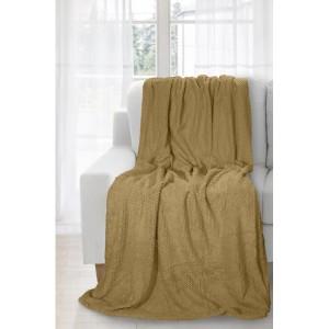 Tmavě béžová deka jako přehoz na gauč