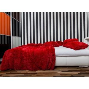 Chlupatá deka na postel červené barvy