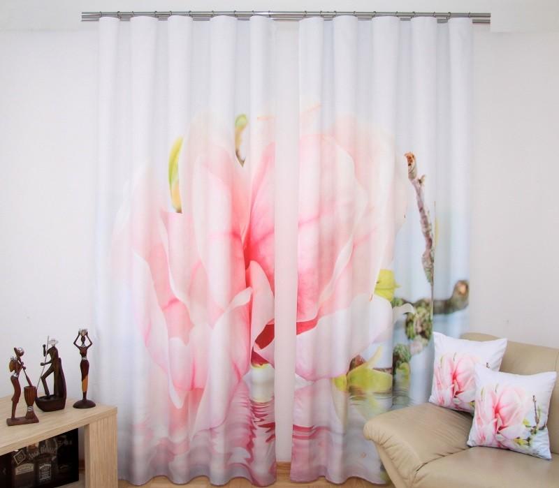 Bílé závěsy do okna s růžovým květem