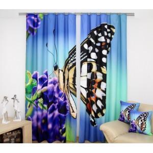 Modrý závěs na okna s fialovým květem a motýlem