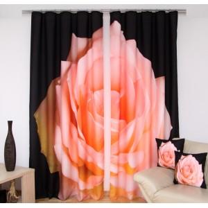 Černé závěsy do oken s růžovou růží