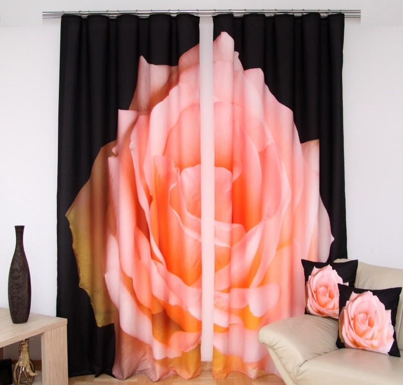 Černé závěsy do ložnice s růžovou růží