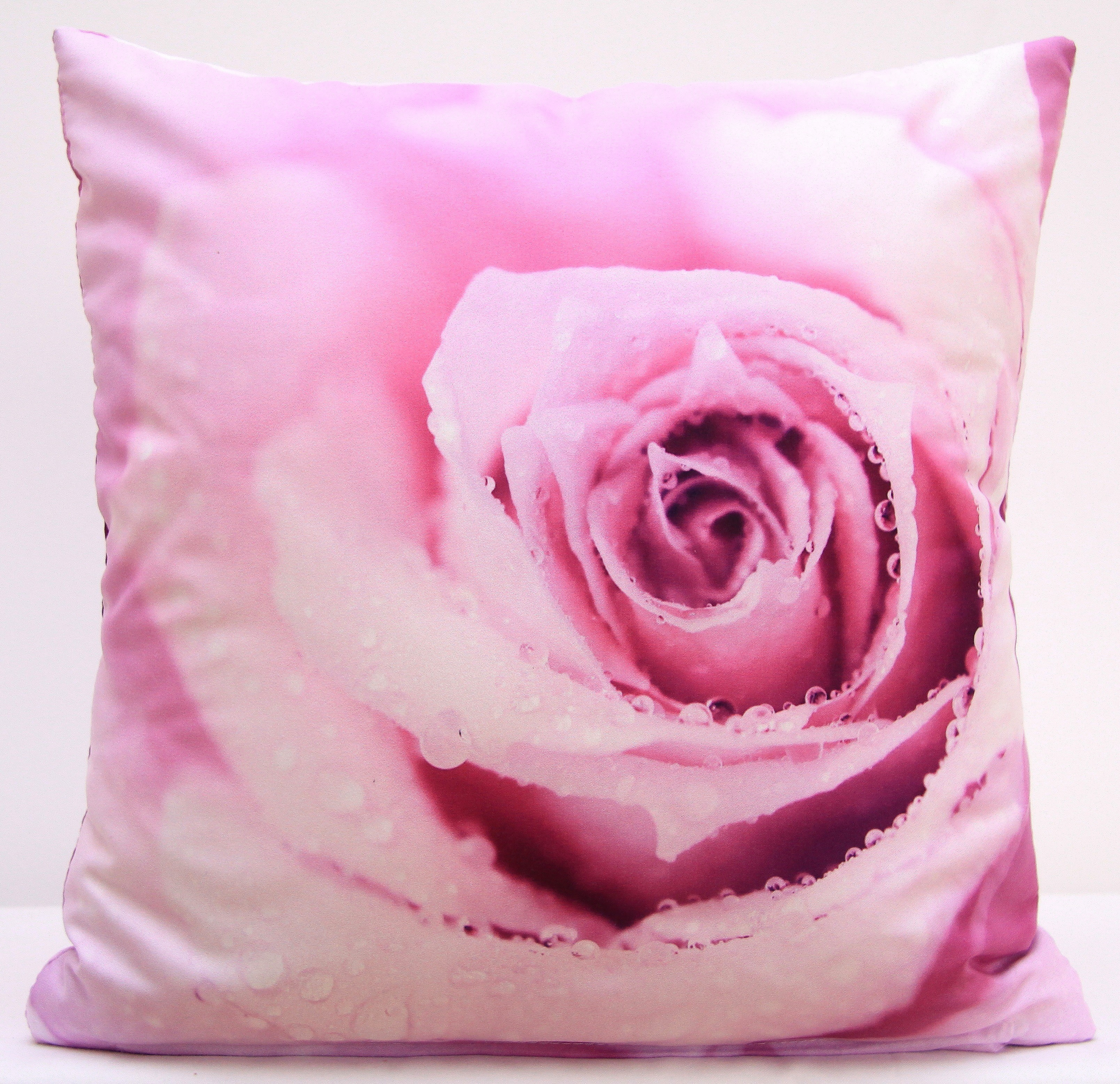 Povlak na polštář růžové barvy s motivem růžové růže