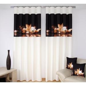 Závěsy na okna krémově černé barvy s béžovým květem a svíčkami