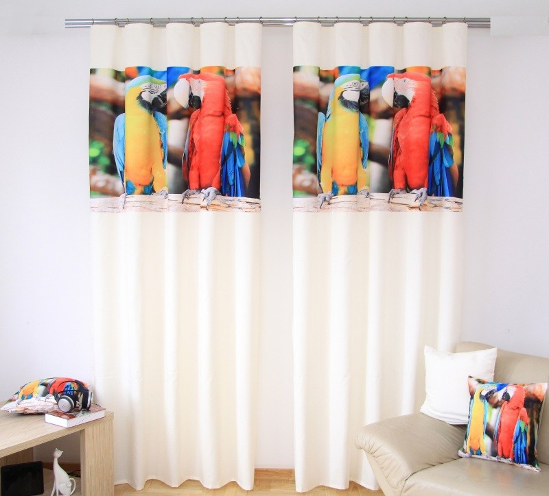 Závěsy do dětského pokoje krémové barvy s potiskem žlutého a červeného papouška