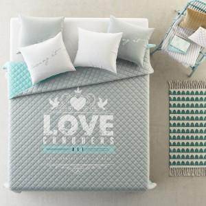Šedý přehoz na postel s romantickým motivem