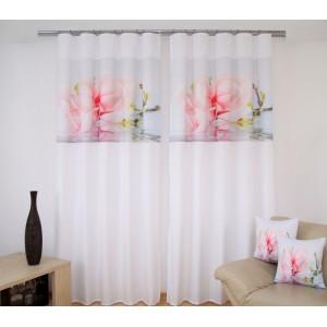 Bílá záclona do obýváku s růžovým květem