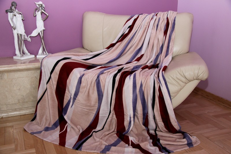 Béžová deka s barevným vzorem