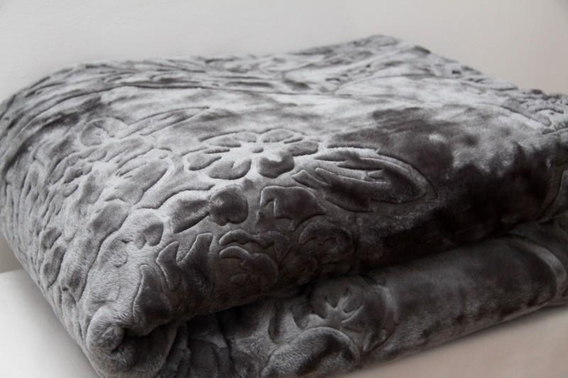 Měkká hrubá deka z akrylu šedé barvy