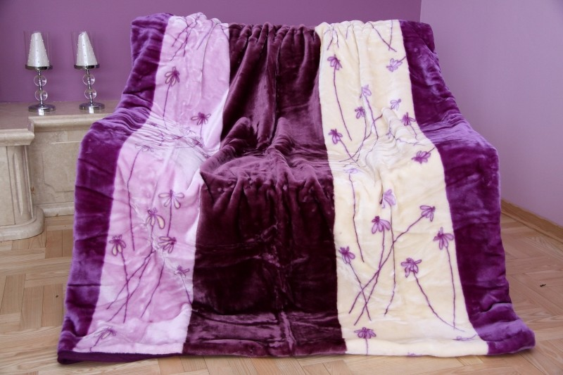 Fialová deka se vzorem květů