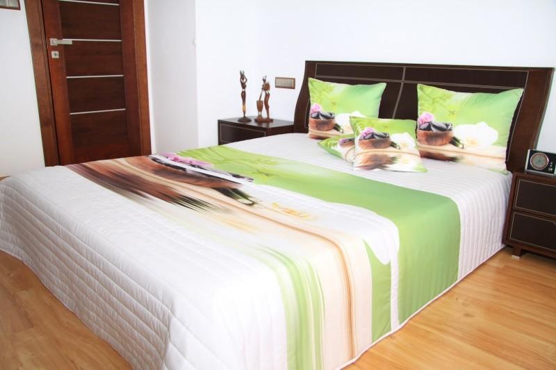 Zeleno bílé přehozy na postel s orchidejemi a kameny