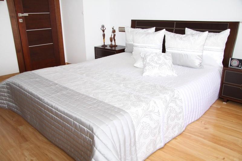 Přehoz na postel v elegantní bílé barvě s prošívaným vzorem