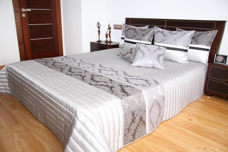 Přehoz na postel stříbrné barvy s prošívaným vzorem