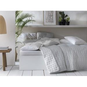 Šedě bílý přehoz na postel s prošíváním
