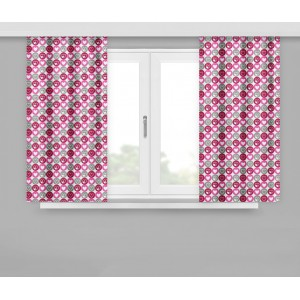 Krátké moderní závěsy v růžové barvě s malými srdíčky