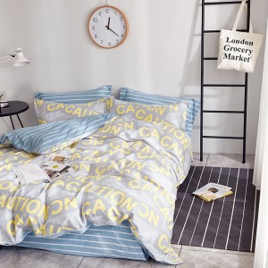 Stylové šedé povlečení na postel s žlutými nápisy CAUTION