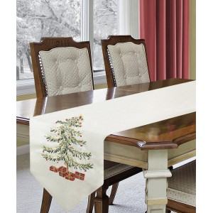Bílé vánoční prostírání na stůl s velkým vánočním stromkem