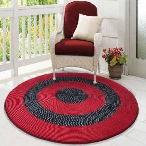 Kulatý koberec v červeno černé barvě