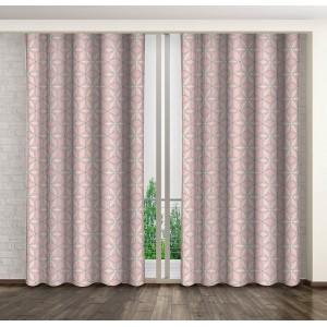 Dekorační závěsy do ložnice v růžové barvě s geometrickými útvary