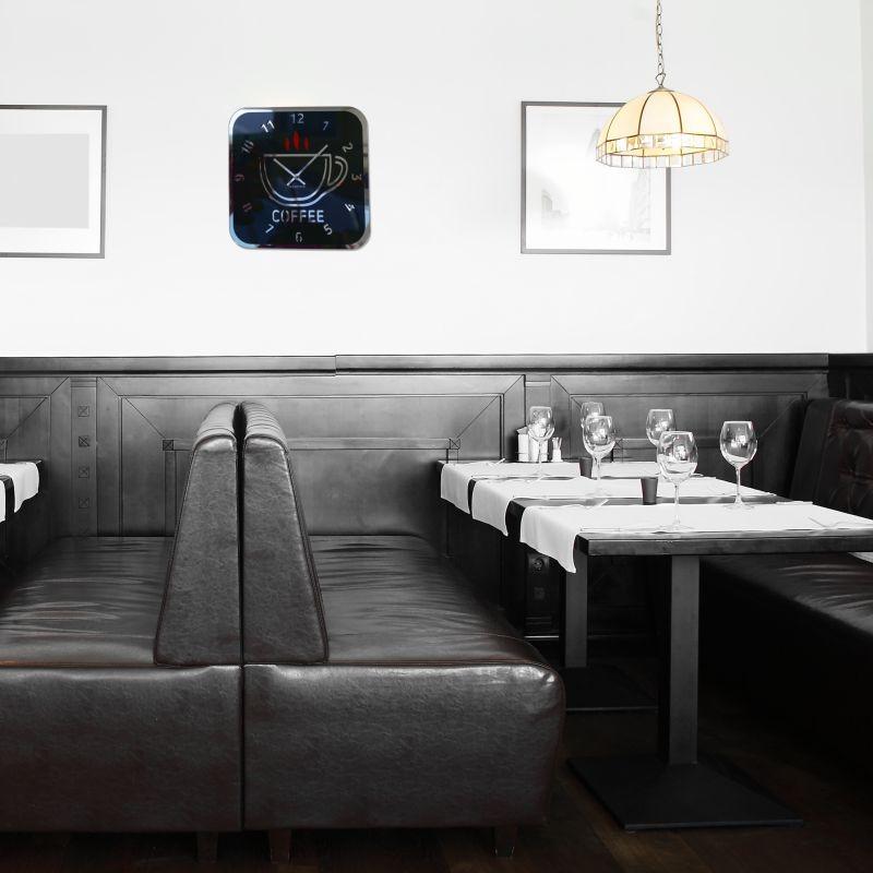 Moderní černé hodiny na zeď s motivem šálku kávy