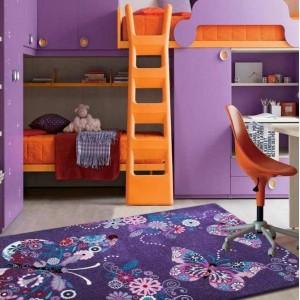 Měkký fialový koberec s motýlky
