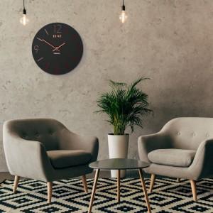Moderní hodiny na stěnu s černé barvy červeným ciferníkem