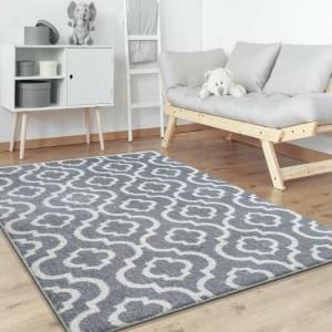 Šedý koberec do obýváku v skandinávském stylu